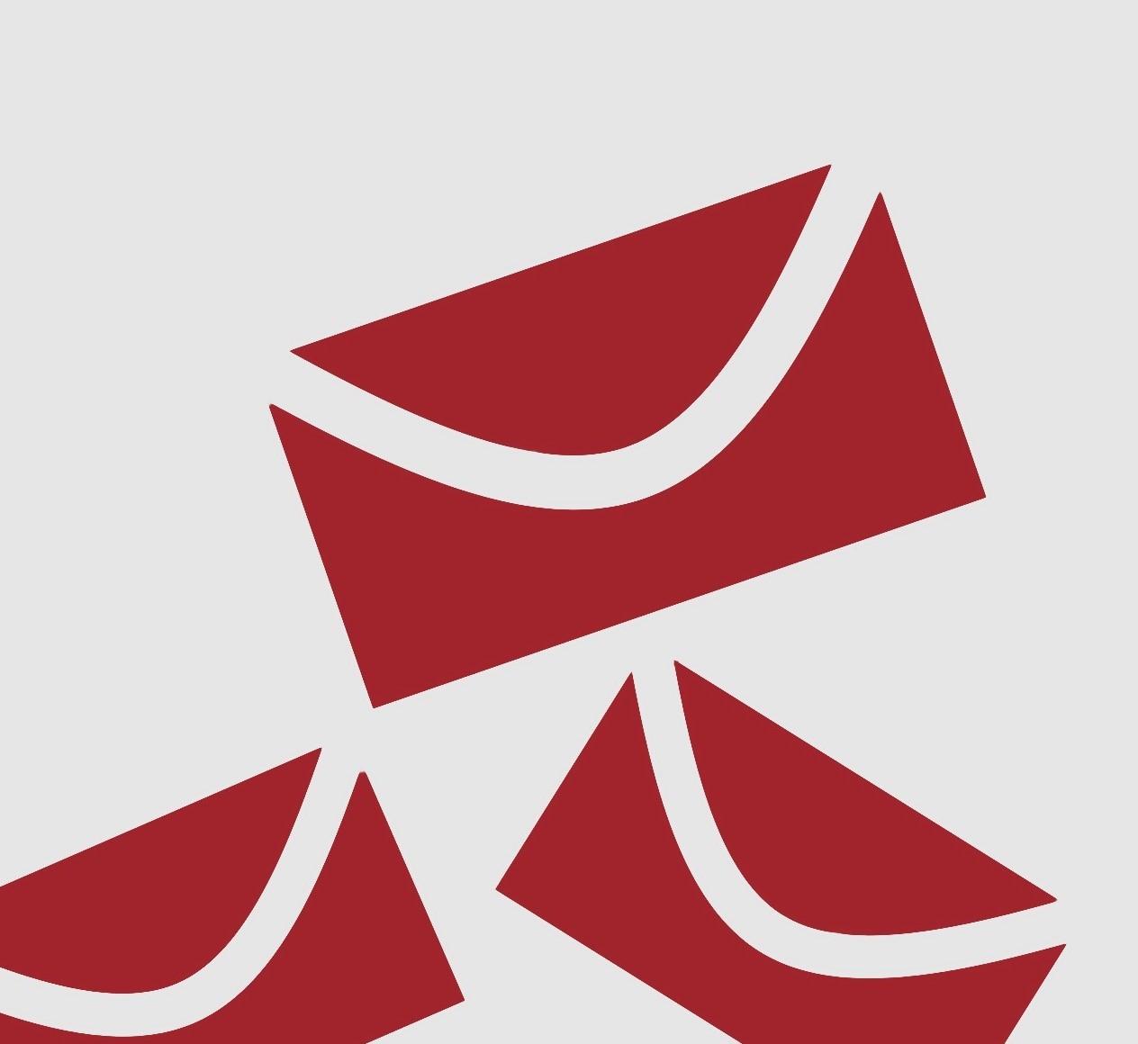 Rote Briefumschläge vor grauem Hintergrund