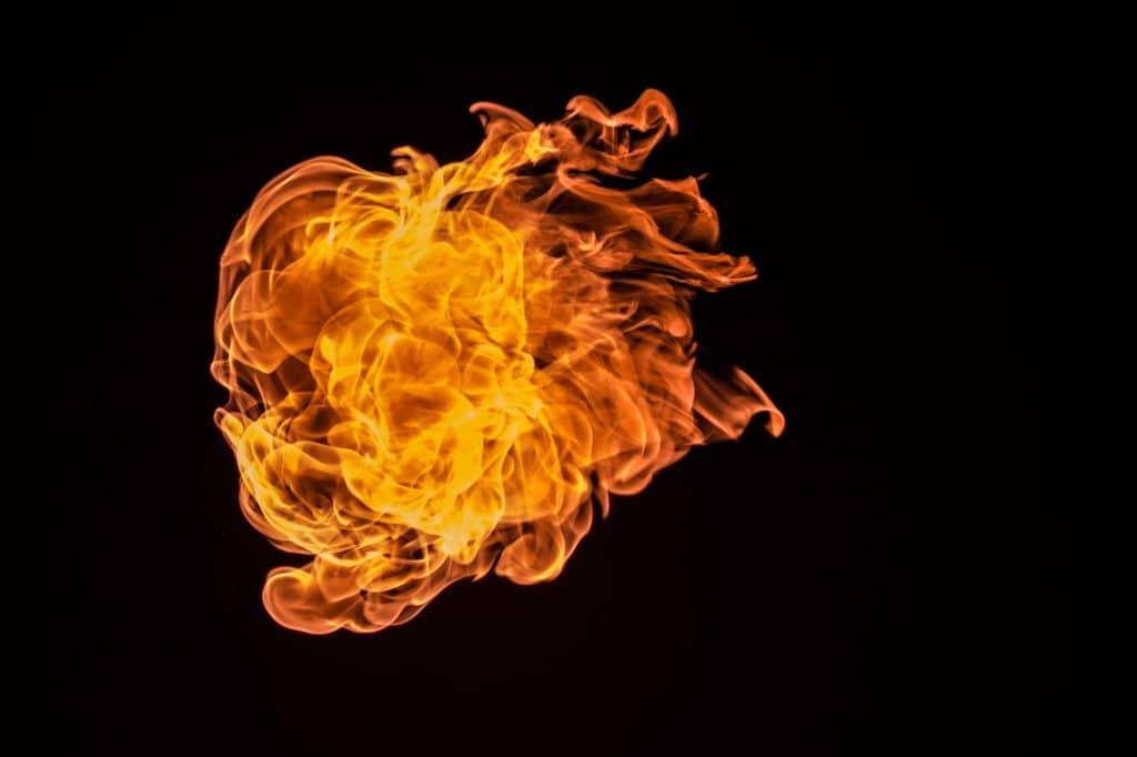 Feuerball vor schwarzem Hintergrund