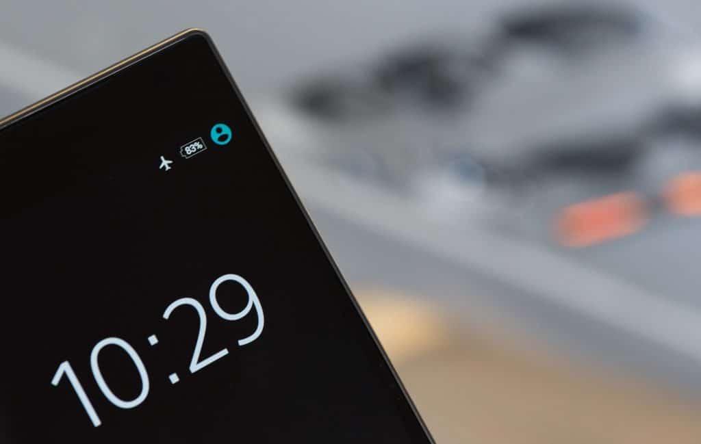 Nahaufnahme eines Smartphones mit einer Batterieanzeige von 83 %
