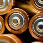 Makroaufnahme eines Stapels von AA-Batterien von vorne