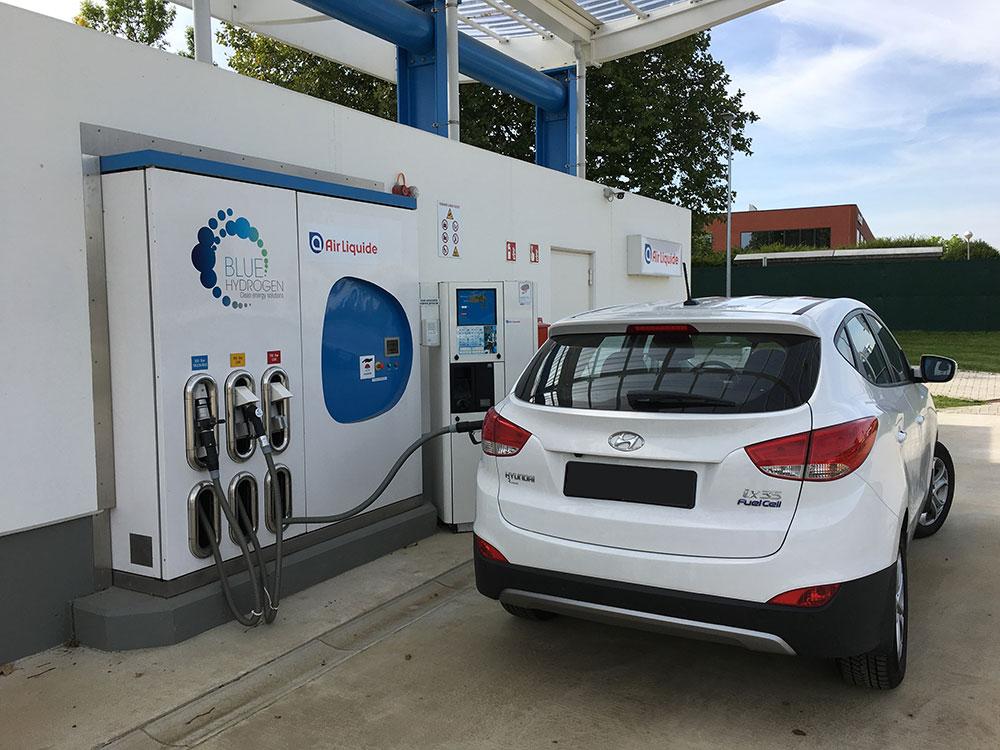 Hyundai mit Brennstoffzelle wird an einer Wasserstofftankstelle aufgetankt