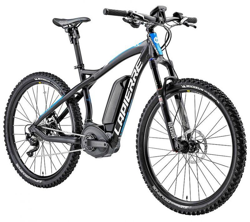 Schwarz-blaues E-Bike vor weißem Hintergrund