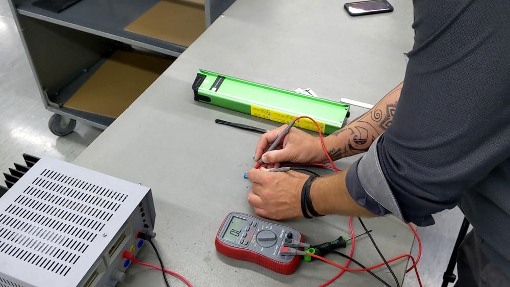 Durchgangsprüfung bei der Sicherung einer E-Bike-Batterie.