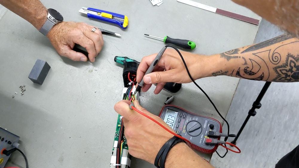 Messung der Spannung der Einzelzellen am Stecker vor dem Batterie Management System. Das Messgerät zeigt nur wenige Millivolt an.