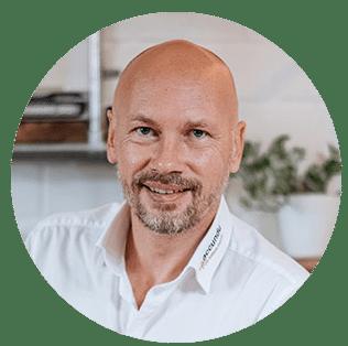 Portraitfoto von Jan Hetzel, dem Batterie-Experten von accundu