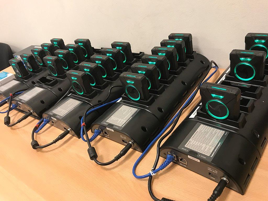Mehrere Bodycam-Akkus stehen hintereinander in Dockingstationen