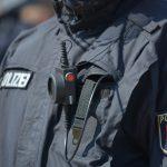 Bodycam an der Brusttasche eines Polizisten mit blauer Jacke
