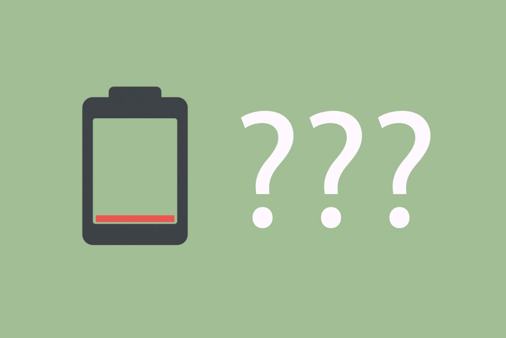 Leere Batterie mit drei Fragezeichen vor grünem Hintergrund